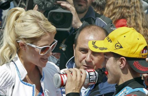 El piloto español de 125 cc, Maverick Viñales, del equipo Blusens by Paris Hilton celebra junto a la modelo Paris Hilton su segunda posición tras la descalificación del francés Johann Zarco en el Gran Premio de Cataluña.