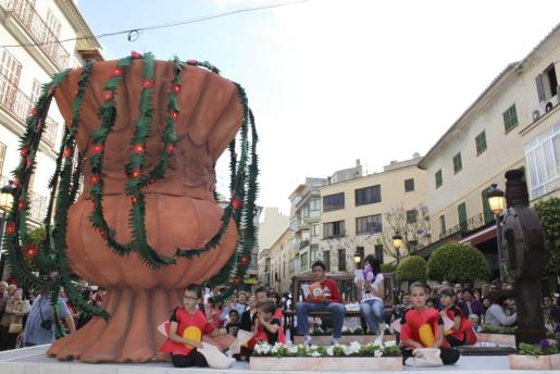 'Les hídries de Na Camel·la en primavera' se adjudicó el primer premio de carrozas del desfile.