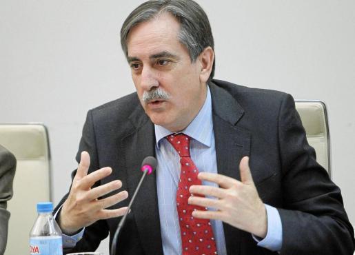 Valeriano Gómez, ministro de Trabajo, durante una conferencia ayer en Madrid.