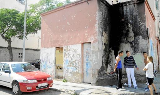 Imagen de varias viviendas de la zona degradadas, con pintadas y quemadas. Fotos: JOAN LLADÓ