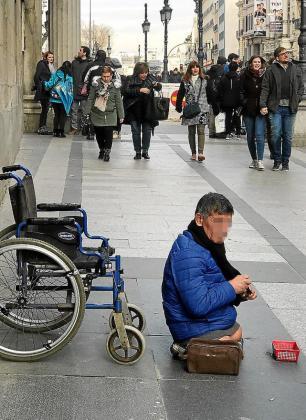Un indigente en la calle Alcalá de Madrid.