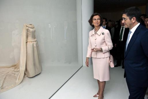 La reina Sofía y el lehendakari vasco, Patxi López, ante el vestido de novia de la reina Fabiola de Bélgica que se guarda en el museo Balenciaga de Getaria.