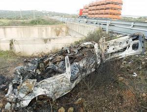El vehículo en el que viajaban los cuatro jóvenes, en la carretera general, totalmente destruido, antes de ser retirado. Foto: TOLO MERCADAL