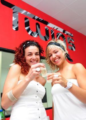 Laura y Tania, el día de la inauguración de la peluquería, el 5 de junio.