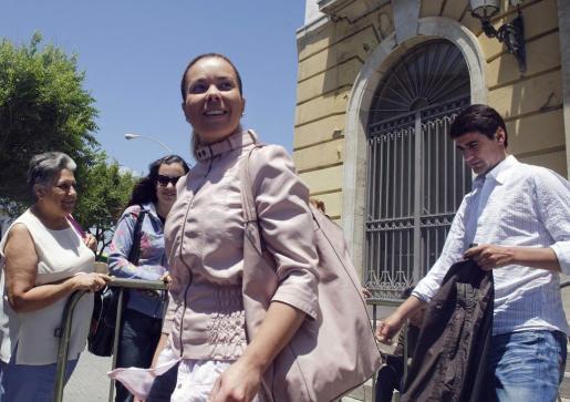 María José Campanario y su marido, el popular torero Jesulín de Ubrique, salen de la Audiencia Provincial de Cádiz.