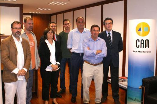 José Francisco Ibáñez Llompart, director regional de Caja Mediterráneo, y el director territorial de la Obra Social, Salvador Palou, entregaron las ayudas a los representantes de los cinco proyectos seleccionados.