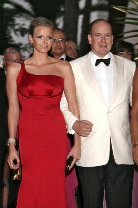 El príncipe Alberto y su prometida, Charlene Wittstock, en una cena de gala.