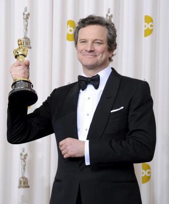 """El actor británico Colin Firth posa con el Óscar al Mejor Actor Principal por su papel en """"El discurso del rey"""", durante la 83 ceremonia de entrega de los premios Óscar celebrada en el teatro Kodak de Hollywood, California (EE.UU.) el domingo 27 de febrero de 2011."""