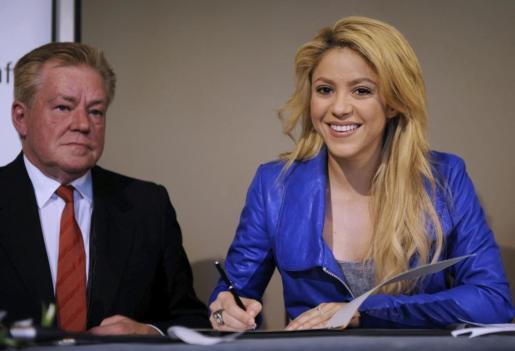 La cantante colombiana Shakira firma un memorando de colaboración junto al viceministro de la Cooperación Económica y del Desarrollo de Alemania, Hans-Juergen Beerfeltz (i) durante una rueda de prensa en Fráncfort del Meno, Alemania.