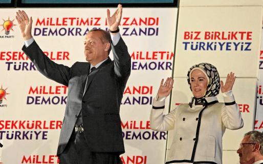 El primer ministro turco, Recep Tayyip Erdogan, y su esposa, Emine, saludan a simpatizantes del gobernante Partido de la Justicia y del Desarrollo.