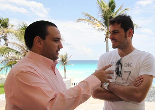 El arquero y capitán de la selección española de fútbol, Iker Casillas (d), se reunió ayer con el gobernador del estado de Quintana Roo, Roberto Borge (i), durante su visita al puerto de Cancún, en la última etapa de su viaje por México, donde además de descansar aprovechó para grabar un anuncio turístico para promocionar el Caribe mexicano.