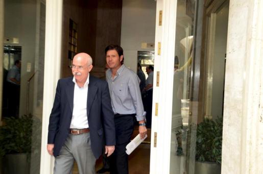 Llorenç Serra Ferrer, en primer término, y Mateu Alemany, en el momento de abandonar la notaría esta mañana.