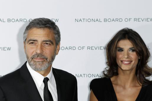 El actor George Clooney junto a Elisabetta Canalis en la presentación de su película.