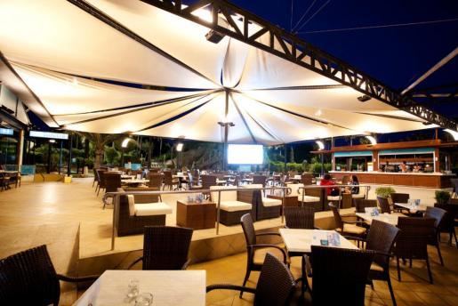 De noche, la gran terraza de Pabisa Beach Club es un lugar ideal para tomar algo.
