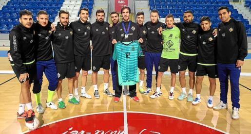 El portero internacional español Carlos Barrón posa con su camiseta y la plata del Europeo con sus compañeros del Palma Futsal, en Son Moix.