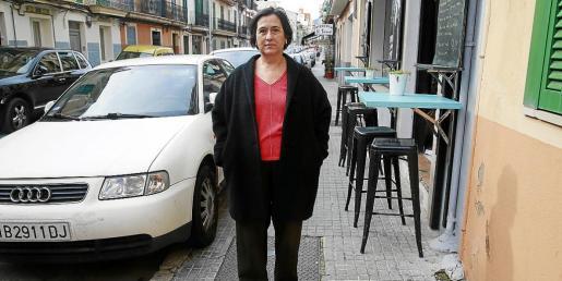 Marilén Mayol, presidenta de Barri Cívic, que protesta por la falta de espacio en algunas aceras.