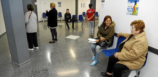 Pacientes esperando a ser atendidos en el centro de salud de Son Gotleu. La imagen es del primer día en que se abrieron las consultas en horario de tarde.