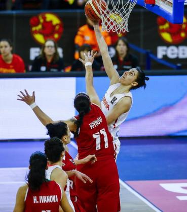 Alba Torrens encarando el aro rival.