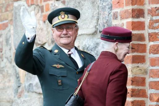 Fotografía de archivo fechada el 18 de abril de 2014 que muestra a la reina Margarita (d) y al príncipe Enrique de Dinamarca (i) a su llegada a una ceremonia para conmemorar el 150 aniversario de la Batalla de Dybbol en Sonderborg (Dinarmarca).