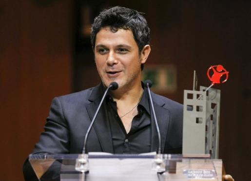 El cantante y compositor Alejandro Sanz pronuncia unas palabras tras recoger el premio Save the Children 2011 en una ceremonia celebrada en Madrid.