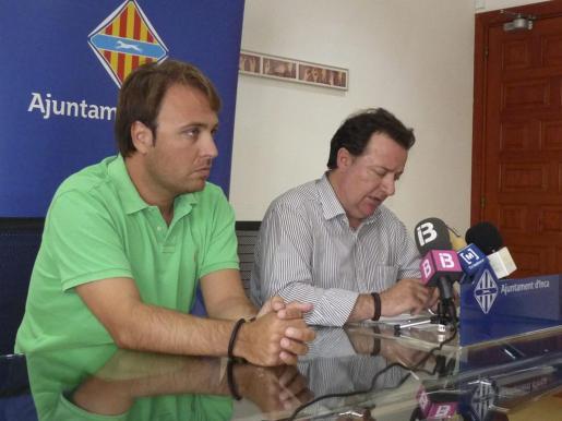 El teniente de alcalde, Felip Jerez, y el alcalde, Rafel Torres, explicaron la situación económica del Ajuntament.