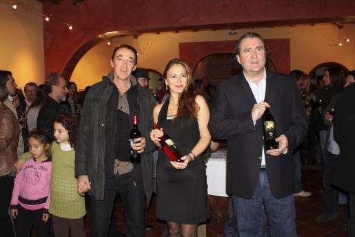 Claudio Capellini, autor de las etiquetas; Inma BIanchi, su representante; y Ramon Servalls, director gerente de las bodegas Macià Batle.