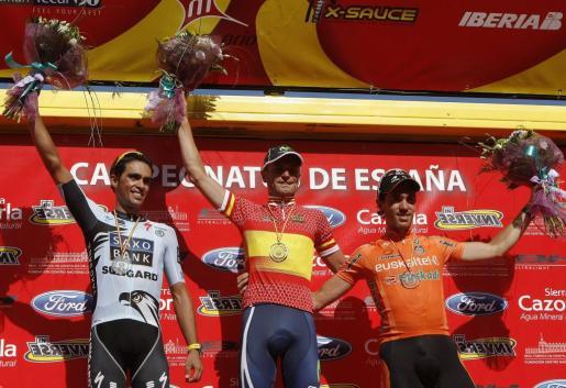Los ciclistas José Joaquín Rojas (Movistar) (c); Alberto Contador (Saxo Bank) (i) y Koldo Fernández de Larrea (Euskatel), en el podio tras imponerse en primera, segunda y tercera posición, respectivamente en el Campeonato de España de ciclismo en ruta disputado en Castellón.