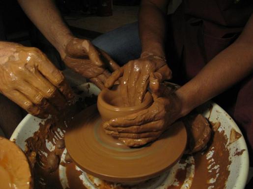 El curso trata del uso del torno en la cerámica.
