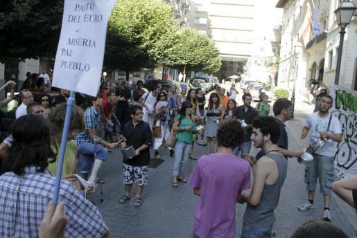 Unas 70 personas se han concentrado frente a Delegación de Gobierno para protestar contra el pacto del euro.