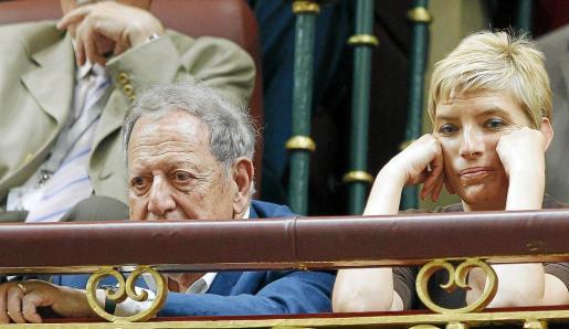 El padre y la esposa de Zapatero, Sonsoles, siguen el debate.