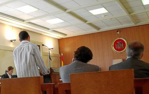 El acusado (de pie), ayer en la Audiencia Provincial de Palma.