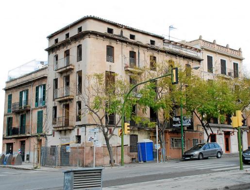 A la izquierda, el edificio de la calle Aníbal afectado por la ruina del de Avenida Argentina 31.