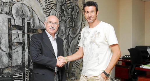 Pep Lluís Martí rubricó ayer junto al vicepresidente Llorenç Serra Ferrer su acuerdo de renovación con el Real Mallorca por una temporada. El centrocampista mallorquín, que la pasada campaña disputó 34 partidos de Liga, vivirá su cuarto ejercicio consecutivo como jugador rojillo desde que regresara a la Isla en 2008.