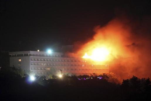 Imagen del Hotel Intercontinental en llamas, tras el ataque talibán perpetrado anoche en Kabul.