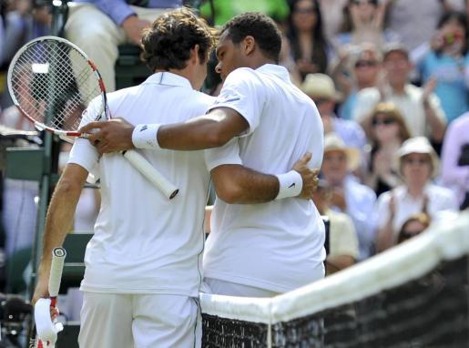 Jo-Wilfried Tsonga y Roger Federer, abrazados al término del partido.
