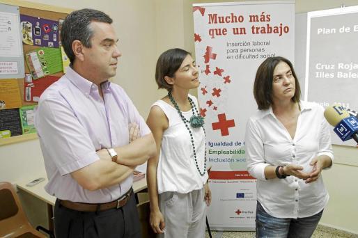 Los representantes de Creu Roja Balears, informando sobre el plan.