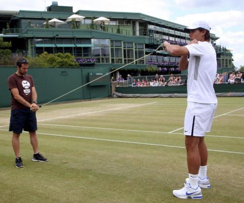 Rafa Nadal (dcha) durante una sesión de entrenamiento en el torneo de Wimbledon.