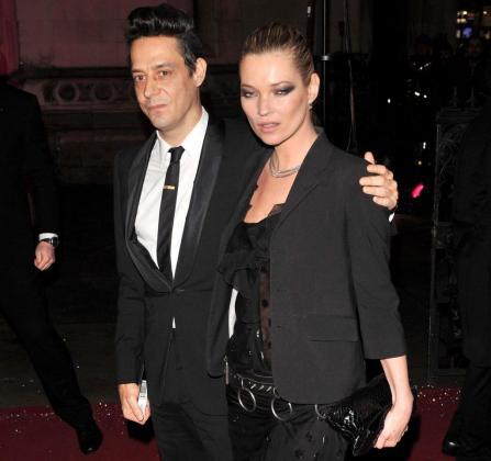 La modelo británica Kate Moss (d) y el guitarrista Jamie Hince (i) asistiendo a un evento en Londres el 9 de diciembre de 2010.