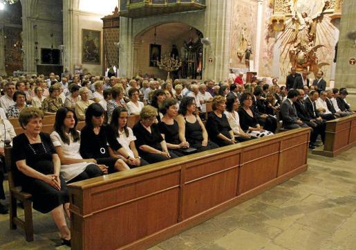Catalina, viuda de Ballester, primera por la izquierda, durante el funeral que se celebró ayer en sa Pobla. A la misa acudieron, entre otros, el conseller de Cultura, Rafel Bosch, y el vicepresidente del Consell, Joan Rotger.