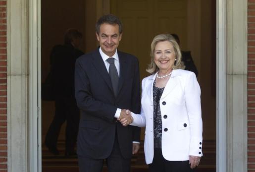La secretaria de estado norteamericano, Hillary Clinton, junto al presidente del Gobierno español, José Luis Rodríguez Zapatero, en la engtra da del palacio de la Moncloa.
