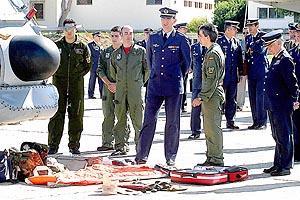 Don Felipe se interesó por el equipamiento de los helicópteros DH-19 Puma. Foto: MIQUEL ÀNGEL CAÃ'ELLAS