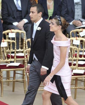 La hija de la Princesa Carolina de Mónaco, Carlota Casiraghi (a la derecha) y su novio en la boda del príncipe Alberto II de Mónaco y la princesa Charlene en el Patio de Honor del Palacio Real de Mónaco.