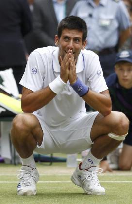 El serbio Novak Djokovic reacciona tras proclamarse campeón del torneo de Wimbledon.