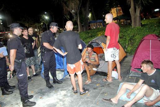 La Policía Nacional prcede a comunicar a los 'indignados' que deben desalojar la Plaza de España.