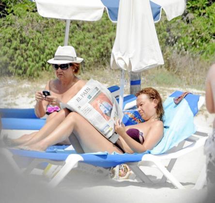 Leire Pajín, tomando el sol junto a su madre en Menorca.