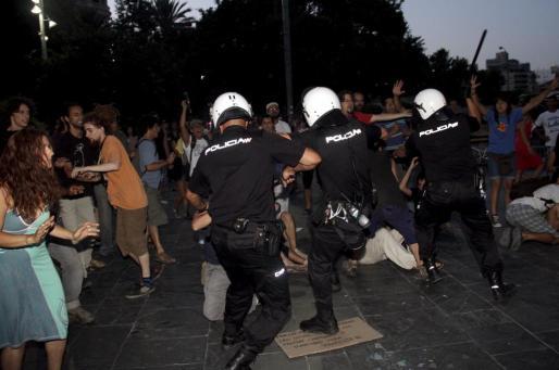 La Policía ha cargado contra un grupo de indignados que se ha concentrado hoy en Palma.