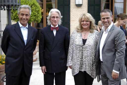 Luiggi De Rosa, Klaus Naeve, Alexandra Schörghuber, propietaria del Castillo Hotel Son Vida; y John Veensma, director del establecimiento, recibieron a los invitados en la entrada de la terraza donde se realizó la fiesta.
