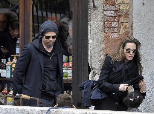 Brad Pitt y Angelina Jolie, tras salir del restaurante donde almorzaron hoy con sus hijos.