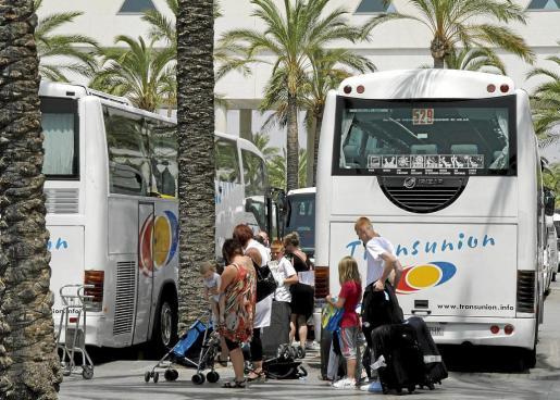 El 'discrecional' realiza los traslados entre el aeropuerto y los hoteles.