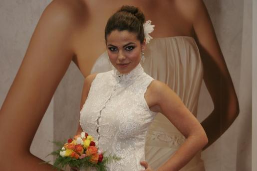 Marisa Jara, posando vestida de novia en Palma.